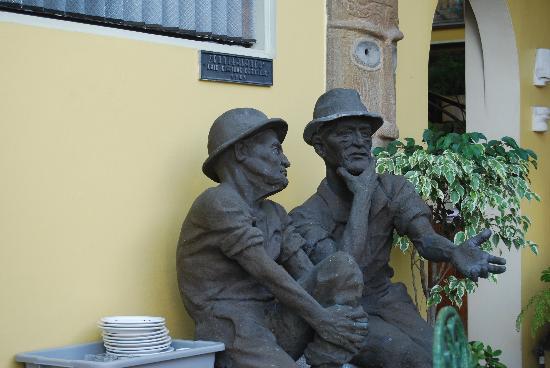 Hotel Don Carlos: Don Carlos statues