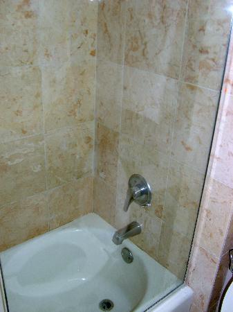 Deauville Beach Resort: bathroom