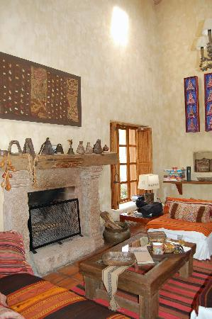 Urubamba Villas: The fireplace in the living room