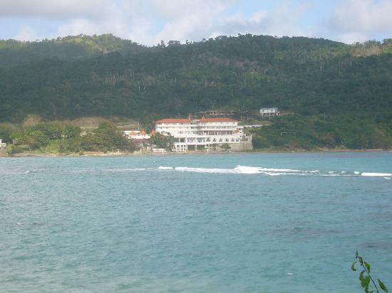Robin's Bay, Jamaica: View of Hotel from across the bay