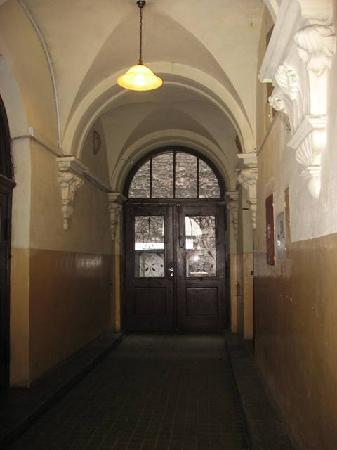 Angel House Bed & Breakfast: Bldg Hallway. Double doors lead to courtyard