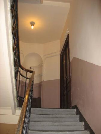 Angel House Bed & Breakfast: Stairwell in Bldg.
