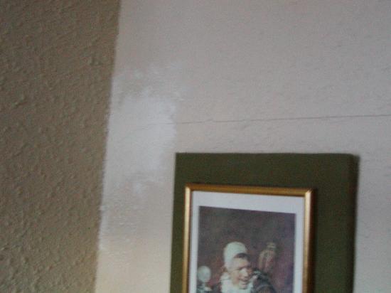 Hotel Eguzki Lore : Pegotes y parches en las paredes