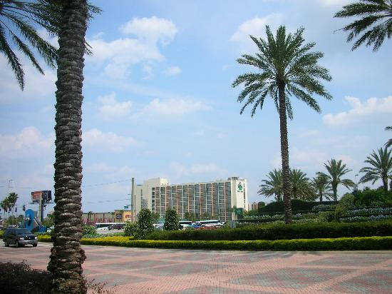 Holiday Inn & Suites Across from Universal Orlando: Holiday Inn from entrance to Universal Studios