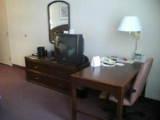 Courtyard by Marriott Omaha Downtown: Desk/television