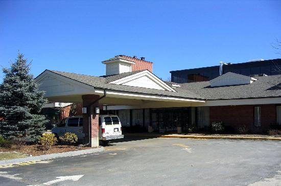 هوليداي إن بو إكسبوروو : The front entrance of Holiday Inn in Boxborough