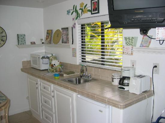Hale Lani Bed and Breakfast: Kitchenette