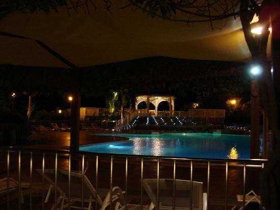 Le Domaine Beach Resort & Spa: Pool at night