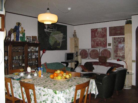 B&B Albero Gemello: Breakfast and living area