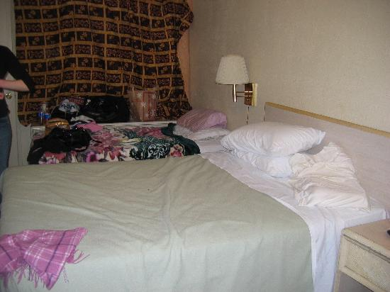 Safari Motor Inn - Joshua Tree: Room with twin and double bed instead of 2 queen beds; blankets are the hotel's, not ours