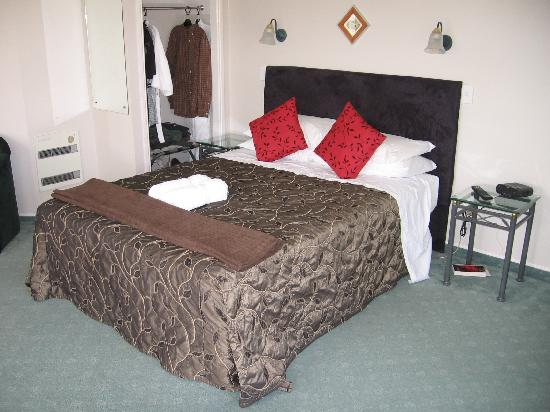Silver Fern Rotorua - Accommodation and Spa: King bed in Superior Studio suite 16