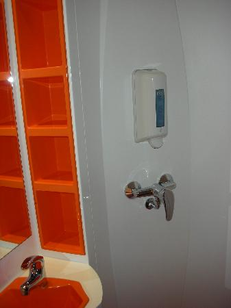 easyHotel Budapest Oktogon: The room - WC (shower)