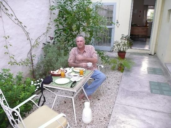 Palermo Viejo Bed & Breakfast : Breakfast on the patio
