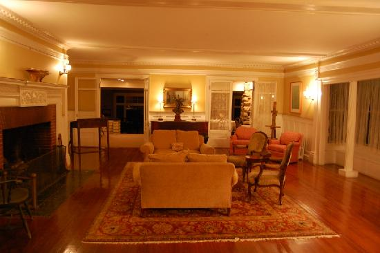The Manor Inn: Living room