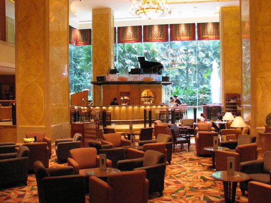 Shangri-La Hotel Kuala Lumpur: Lobby Lounge - note piano on top of bar!
