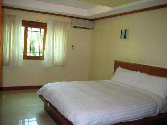 Boracay Beach Club: King bed in Rm 301