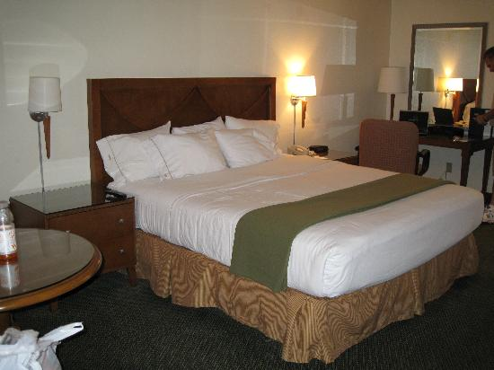 Holiday Inn Express Simi Valley: Bed
