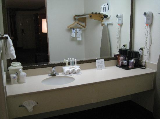Holiday Inn Express Simi Valley : bath vanity