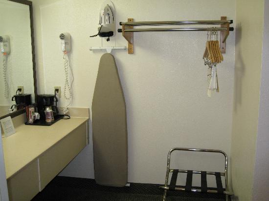 Holiday Inn Express Simi Valley : closet area