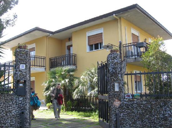 Etna Massalargia: Entrada a la casa