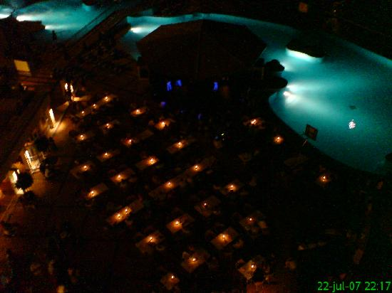 Sunwing Arguineguin Seafront: Night view from balcony - if not to high up you can watch the show and kids can go to bed