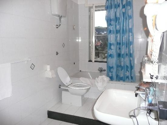 Hotel Iside : bathroom
