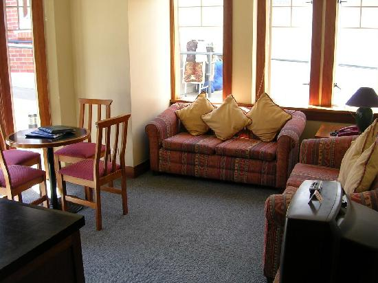 858 George Street Motel: Sitting room