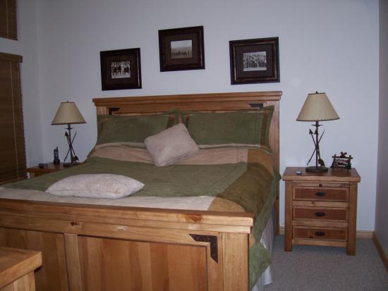 Moose Hollow Luxury Condominiums: downstairs bedroom (king bed)