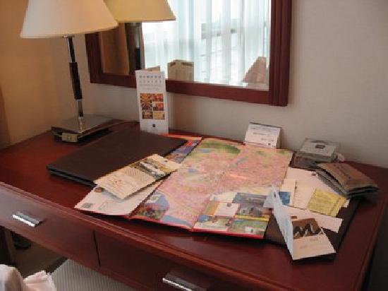 Metropark Hotel Shenzhen: Desk has stationeries and map for tourist