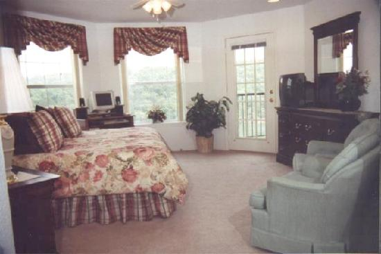 Silverleaf Ozark Mountain Resort: Our bedroom suite overlooking the lake.