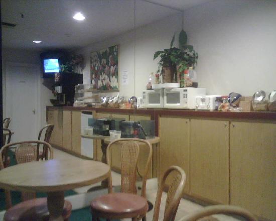 Homestyle Inn & Suites: breakfast kiosk 01