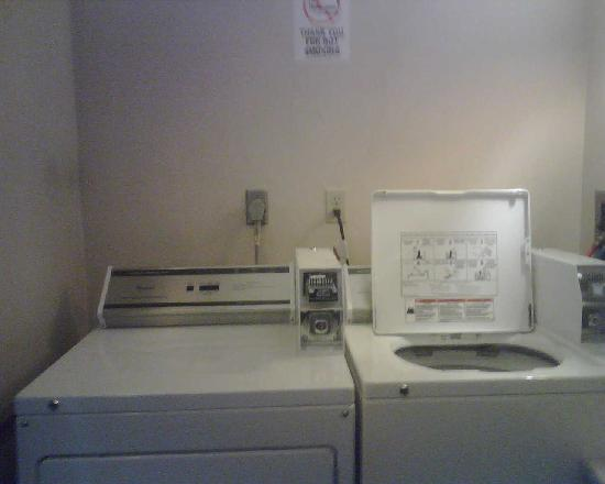 Homestyle Inn & Suites: laundry area