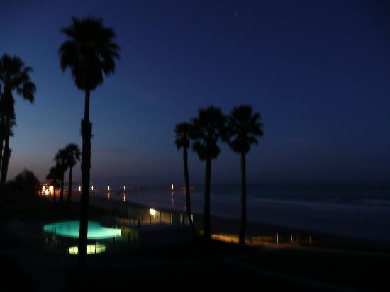 Kon Tiki Inn: View from the balcony at night