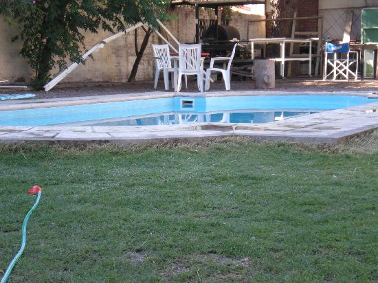 Itaka Hostel: Hotel garden with pool