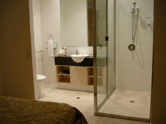 Saltwater Luxury Apartments: bathroom in 2nd bedroom