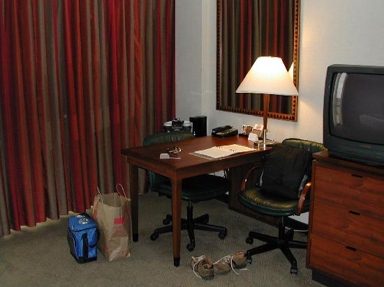 Hyatt Regency O'Hare: View of desk area from bed