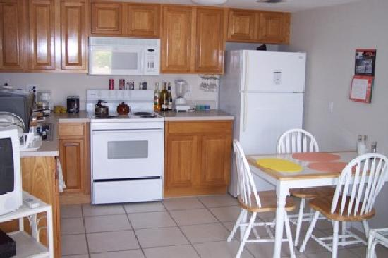 Carib Sands Beach Resort: Full kitchen in each condo