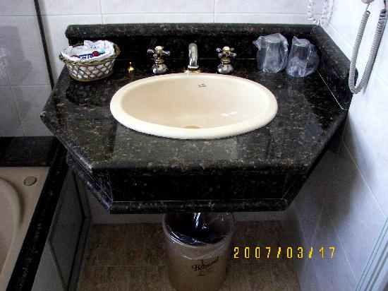 Balmoral Plaza Hotel: Bathroom in suite with marble sink and jacuzzi