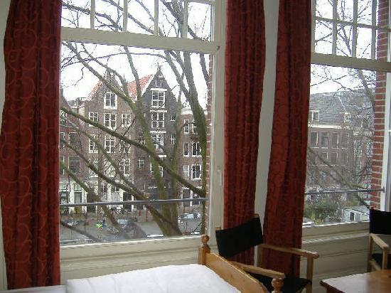The Bridge Hotel: le grandi finestre della camera 225