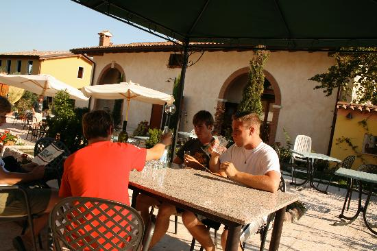 El Pendola: Courtyard where breakfast is served