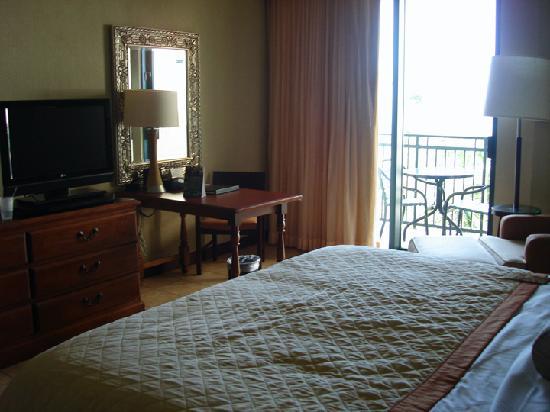 Wyndham Grand Rio Mar Beach Resort & Spa: Bed Area looking toward balcony
