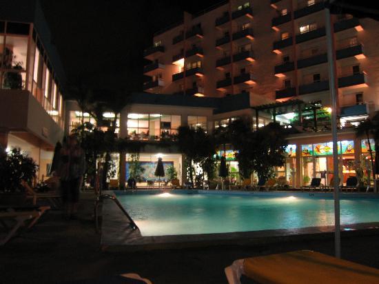 Hotel Acuazul: Pool area at night