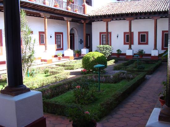 BEST WESTERN Posada De Don Vasco: Outside patio