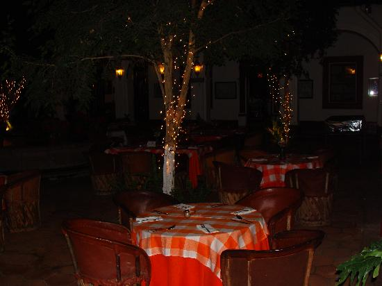 BEST WESTERN Posada De Don Vasco: Patio outside the restaurant