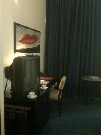 Dylan Hotel NYC: Habitación 803_vista mesa y tv