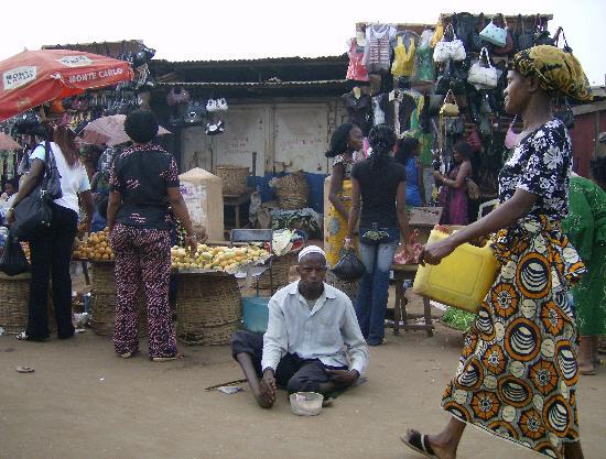 Benin City, Nigeria: händler und bettler überall