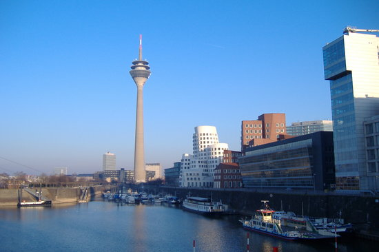 Düsseldorf, Almanya: rhine turn and gery buildings