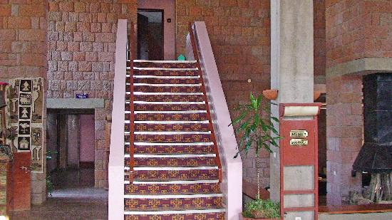Roha Hotel: Staircase to rooms from lobby.