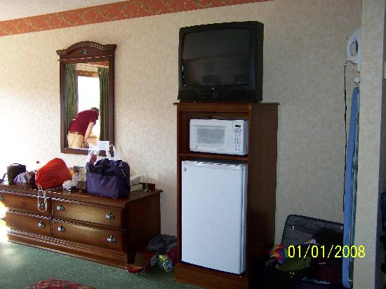 Park Tower Inn: The frig, microwave, and Tv