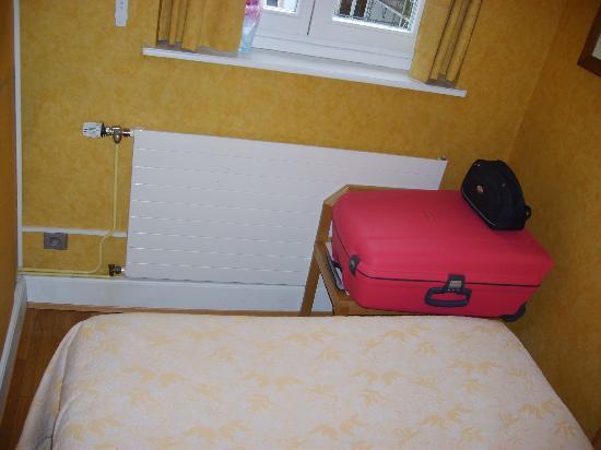 Ai piedi del letto c è l unico sgabello per la valigia che